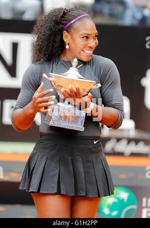 Roma, Italia. El 15 de mayo, 2016. Serena Williams de Estados Unidos celebra tras ganar el partido de la final del Abierto de Tenis italiano BNL2016 torneo contra Madison clave de EE.UU. en el Foro Italico de Roma, Italia, 15 de mayo de 2016 Crédito: agnfoto/Alamy Live News