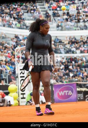 Serena Williams jugando en la final de singles mujeres en Roma en la BNL internationals de tenis 2016