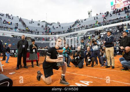 Roma, Italia. 15 Mayo, 2016. Andy Murray posa para los fotógrafos con el trofeo de hombres solteros internacionales de tenis de Roma