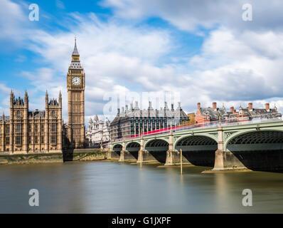 La larga exposición de autobuses rojos en el puente de Westminster, Londres, Reino Unido.