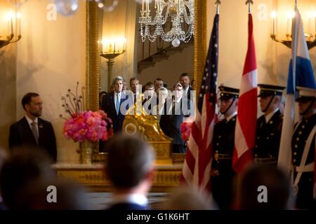 El Secretario de Estado estadounidense John Kerry se refleja en el espejo durante la ceremonia de llegada para los líderes nórdicos en el gran vestíbulo de la Casa Blanca el 13 de mayo de 2016 en Washington, DC.