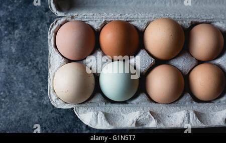 Varios huevos coloreados