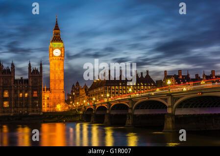 Impresionantes luces alrededor de Westminster Bridge y el Big Ben al anochecer, Londres, Reino Unido.