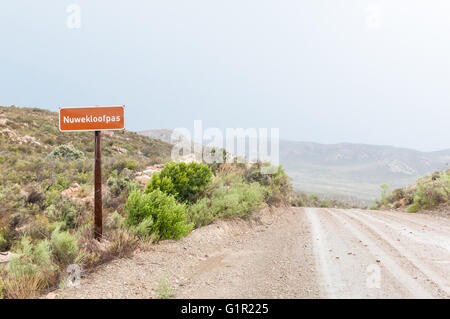 Un nuevo valle Nuwekloofpas húmeda (pass) descendiendo hacia el valle de Baviaanskloof (babuino)