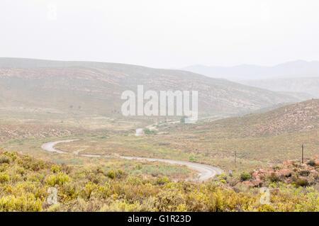 Un nuevo valle Nuwekloofpas húmeda (pass) descendiendo hacia el valle de Baviaanskloof (babuino) durante una tormenta de lluvia