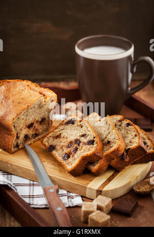 Deliciosos platos caseros pan pan de banana (pastel) con chocolate para el desayuno