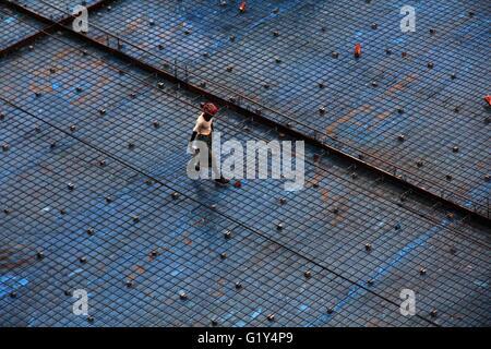 Dhaka, Bangladesh. 21 de mayo, 2016. Mayo 21, 2016-Dhaka, Bangladesh - un hombre cruzar bajo construcción durante el ciclón Roanu cruzar la zona costera de Bangladesh el 21 de mayo de 2015, en Dhaka, Bangladesh. Según el informe de los medios de comunicación, al menos cinco personas han muerto y más de 50 heridos en las zonas costeras de Bangladesh como los fuertes vientos han dejado cientos de casas dañadas y los árboles arrancados. Crédito: Zuma Press, Inc./Alamy Live News
