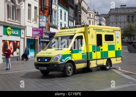 Emergencia ambulancia corriendo a través de Liverpool, Merseyside, REINO UNIDO