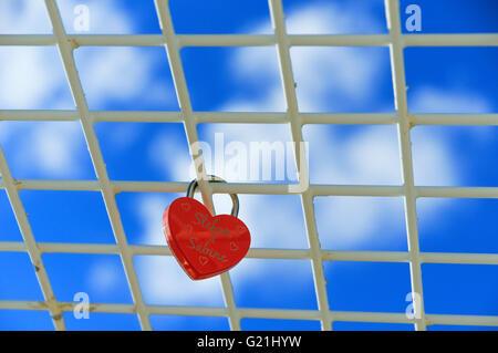 Candado rojo, con forma de corazón, el amor en la cuadrícula en frint bloqueo de cielo azul, Baja Sajonia, Alemania