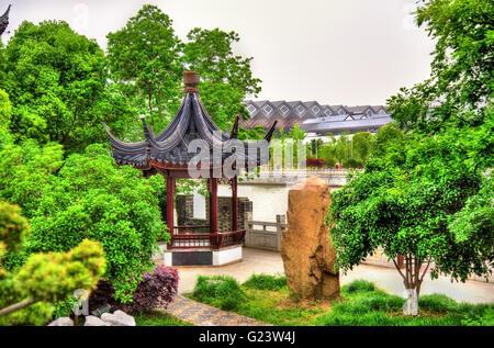 Jardín cerca del canal y las murallas de la ciudad de Suzhou. Foto de stock