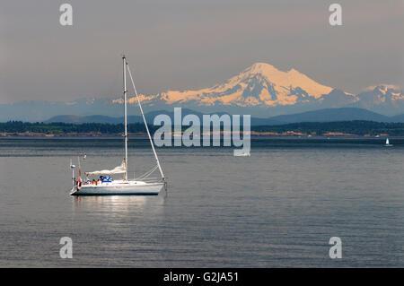 Un velero off sauces Beach en Oak Bay en Victoria, British Columbia. En el fondo es el Mt. Baker en el estado de Washington, EE.UU..