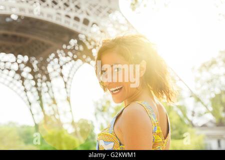 Mujer joven visitar París