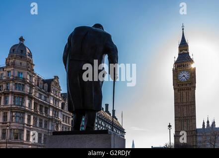 El sol brillaba junto a la Plaza del Parlamento y el Big Ben, Westminster, Londres, Reino Unido.