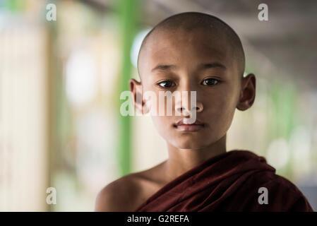 Joven monje budista, Dala, Yangon, Myanmar.