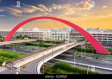 Las terminales del aeropuerto de Haneda y carreteras en Tokio, Japón.