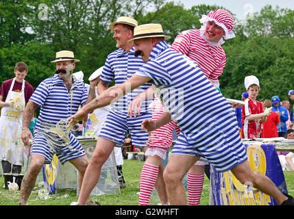 Coxheath, Kent, Inglaterra, 4 de junio de 2016. Equipos de cuatro oficiales de competir en el Campeonato Mundial de natillas tarta de 2016 en la aldea de Coxheath cerca de Maidstone, Kent. Iniciado en 1967 por el concejal Mike FitzGerald como una manera de recaudar dinero para el salón Village, el evento deportivo internacional se ha convertido en un accesorio con un equipo de Japón ganando en 2015. Crédito: PjrNews http://www.worldcustardpiechampionship.co.uk//Alamy Live News