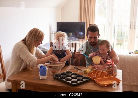 En la Casa de la familia Hornear pasteles juntos Foto de stock
