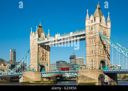 Tower Bridge de Londres, con un cielo azul Foto de stock