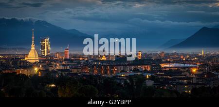 Turín (Torino) panorámica de alta definición con todo el horizonte de la ciudad incluyendo el Mole Antonelliana y el nuevo rascacielos