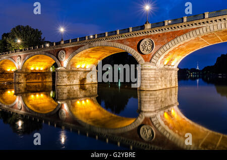 Turín (Torino) Ponte Isabella y el río Po en el Blue Hour con Mole Antonelliana en el fondo