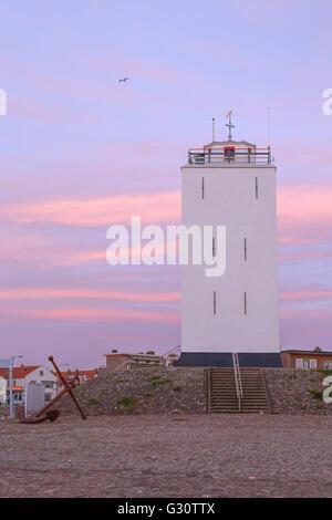 Vista de la puesta de sol en el faro, situado en el Bulevar de Katwijk aan Zee, Holanda Meridional, Países Bajos.