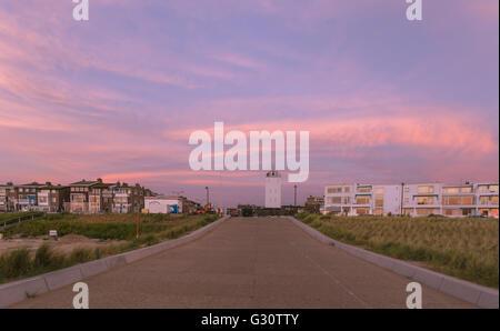 Vista de la puesta de sol en el faro, situado en el Boulevard de Katwijk aan Zee, Holanda Meridional, Países Bajos.