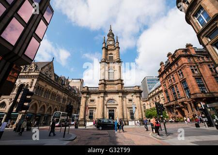 Vista de St George's Tron Iglesia de Escocia y Nelson Mandela Place en el centro de Glasgow, Escocia, Reino Unido