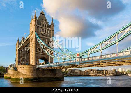Tower Bridge en Londres durante el atardecer con un vistazo al suspender el diseño Foto de stock