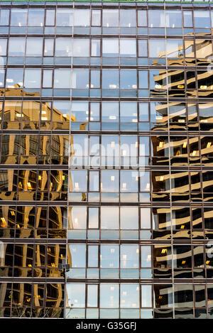 Reflexiones en edificio de cristal