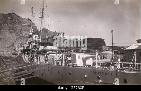 HMS Frobisher (D81), British Hawkins-class HEAVY CRUISER, visto aquí en dique seco. Fecha: circa 1940 Foto de stock