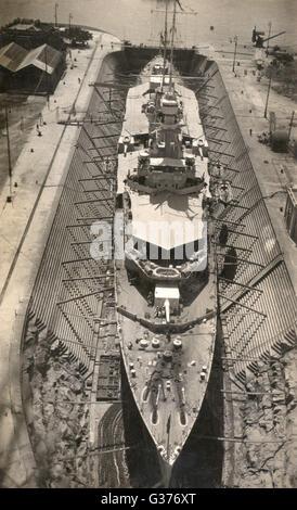 HMS Frobisher (D81), British Hawkins-class HEAVY CRUISER, visto aquí en dique seco, visto desde arriba. Fecha: circa Foto de stock