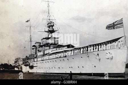 HMS Hawkins (D86), British HEAVY CRUISER. Visto aquí en Saigón dockside alineadas con la tripulación en cubierta. Foto de stock