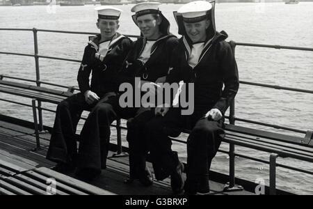 HMS Raleigh, British Hawkins clase HEAVY CRUISER -- Tres miembros de la tripulación en cubierta, en Plymouth. circa Foto de stock