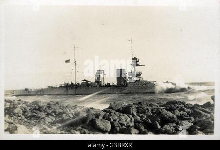HMS Raleigh, British Hawkins clase HEAVY CRUISER. Visto aquí el 8 de agosto de 1922, encallado en las rocas en el Foto de stock