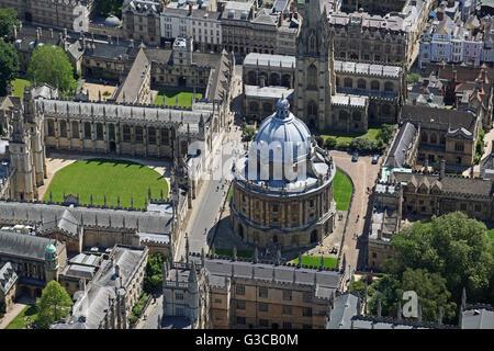 Vista aérea de la Bodleian Library y la Biblioteca Codrington & Radcliffe Camera, y de All Souls College, Oxford University, Reino Unido