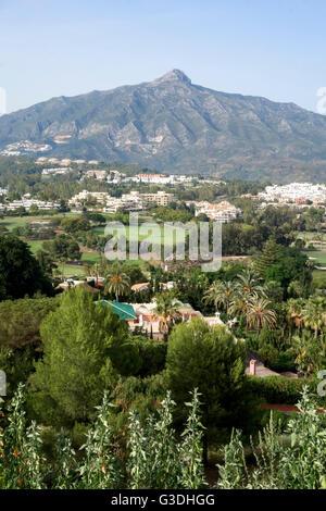 Con vistas a los campos de golf de Marbella, con la Concha en el fondo, Marbella, Andalucía, España.