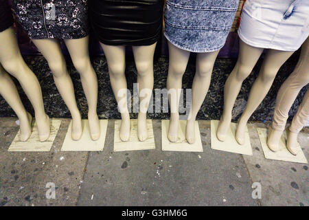 Detalle de seis mujeres principiantes sobre acera llevar mini faldas
