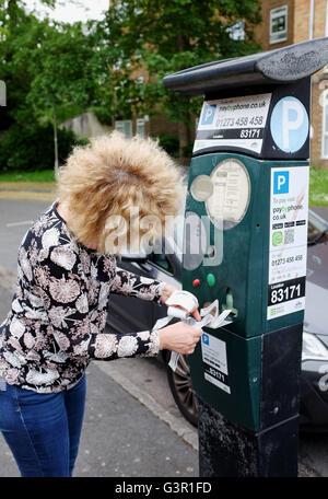 Parquímetros rotos en la ciudad de Brighton imprimir billetes inútiles con el frustrado automovilista hembra UK
