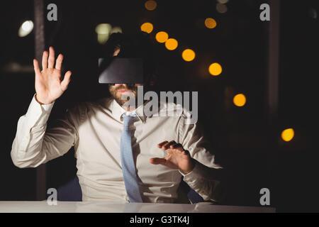 Empresario mediante dispositivo de realidad virtual