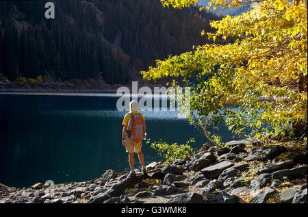 WASHINGTON - El Caminante en la orilla del lago Eightmile; tiempo de caída en los lagos alpinos zona silvestre. Foto de stock