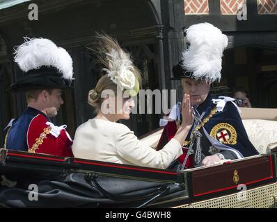 El conde de Wessex con la condesa de Wessex y el duque de York dejan la Capilla de San Jorge en el Castillo de Windsor después de la Orden anual del Servicio de la Garter. Foto de stock
