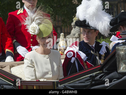 La Condesa de Wessex y el conde de Wessex dejan la Capilla de San Jorge en el Castillo de Windsor después de la Orden anual del Servicio de la Garter. Foto de stock