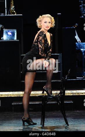 Christie Brinkley durante una fotollamada mientras toma el papel de Roxie Hart en Chicago, en el Cambridge Theatre en Londres.