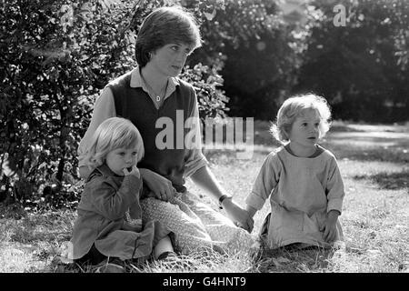Lady Diana Spencer, de 19 años, novia del Príncipe Carlos, fotografiada en el jardín de infantes en la Plaza de San Jorge, Pimlico, Londres, donde trabaja como maestra. Diana es la más joven de los cinco hijos de Lord Spencer, de 56 años. Foto de stock