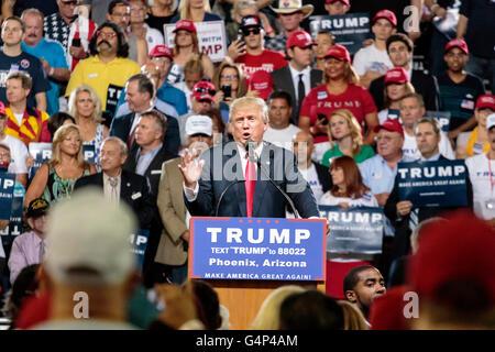 Phoenix, Arizona, EE.UU. 18 de junio de 2016. Donald J. Trump, habla en un mitin de campaña, en el Veterans Memorial Coliseum en el centro de Phoenix. Esta fue la cuarta aparición de Trump en Arizona durante su campaña presidencial de 2016. Crédito: Jennifer Mack/Alamy Live News Foto de stock