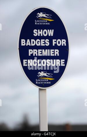 Vista general de una señal para el Premier Enclosure en Hipódromo de Leicester