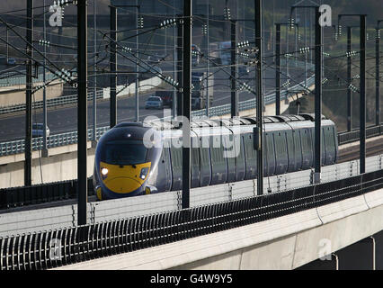 Una vista general de un tren de alta velocidad Hitachi Javelin que pasa sobre el puente Medway junto a la autopista M2 en Kent en su camino a Londres usando el enlace ferroviario del túnel de HS1 canales. Fecha de la foto: Viernes 13 de enero de 2011. Ver EL TRANSPORTE de la historia de PA Foto de crédito debe leer: Gareth Fuller/PA Wire