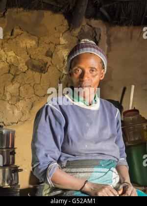 Lesotho, Mokhotlong, cerca de Sani Pass, Basotho al hombre en su hogar, Basotho, pueblo de montaña en el sur de Foto de stock