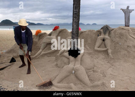 Un escultor de arena trabaja en su escultura de mujeres que toman el sol en el Copacabana en Río de Janeiro.