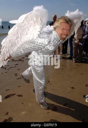 Presidente de Virgin Atlantic, Sir Richard Branson se prepara para tomar vuelo, en el International Bognor Birdman 2003 celebrado en Bognor Regis en West Sussex.